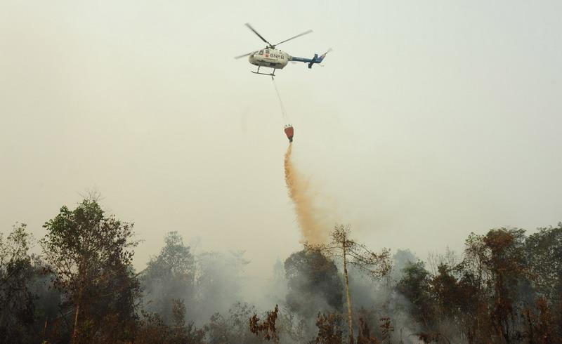https: img.okeinfo.net content 2018 11 05 610 1973388 padamkan-karhutla-di-sumsel-jutaan-liter-air-disembur-dari-helikopter-plnoLPiKg3.jpg