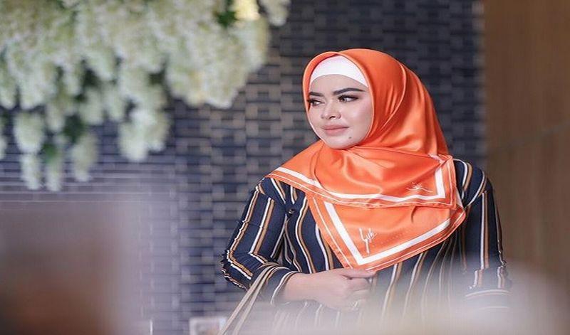 https: img.okeinfo.net content 2018 11 06 194 1973956 padu-padan-hijab-dengan-item-mahal-ala-aisyahrani-nggak-kalah-kece-badai-dari-syahrini-PMWzny1sJZ.jpg
