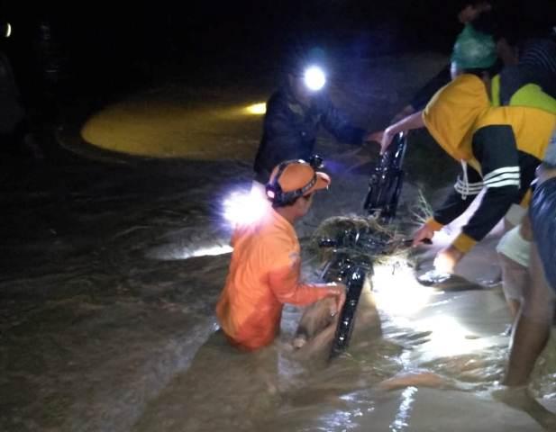 https: img.okeinfo.net content 2018 11 06 340 1974252 sungai-di-sumut-meluap-sekeluarga-terseret-arus-dan-bayinya-tewas-Qe70hB1XtS.jpg