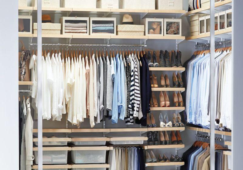 menyimpan di lemari baju