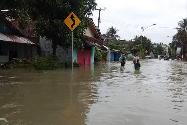 https: img.okeinfo.net content 2018 11 07 525 1974370 1-warga-pangandaran-tewas-terseret-arus-banjir-E4TluYzyLY.jpg