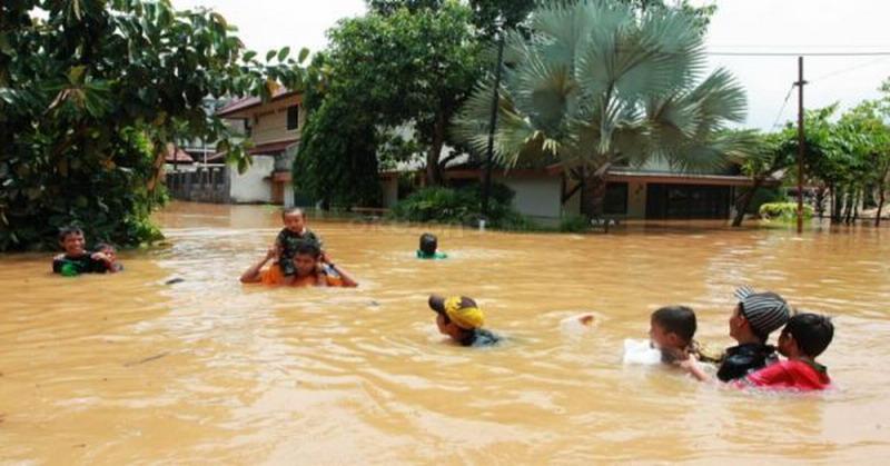 https: img.okeinfo.net content 2018 11 07 525 1974481 sukarelawan-bantu-cari-korban-hilang-tersapu-banjir-di-tasiklamaya-DqqLunk108.jpg