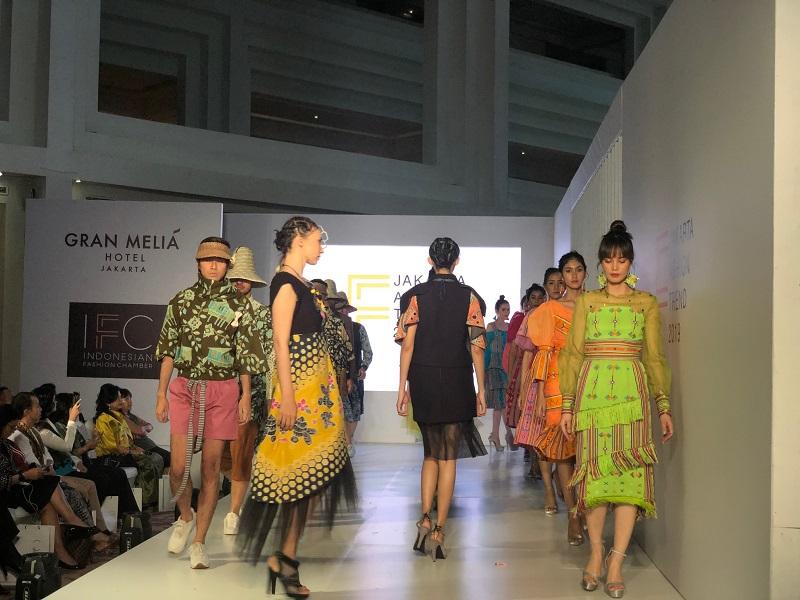 https: img.okeinfo.net content 2018 11 08 194 1975199 jakarta-fashion-trend-2019-jadi-tolak-ukur-fashion-di-indonesia-kYzkXJfDhP.jpeg