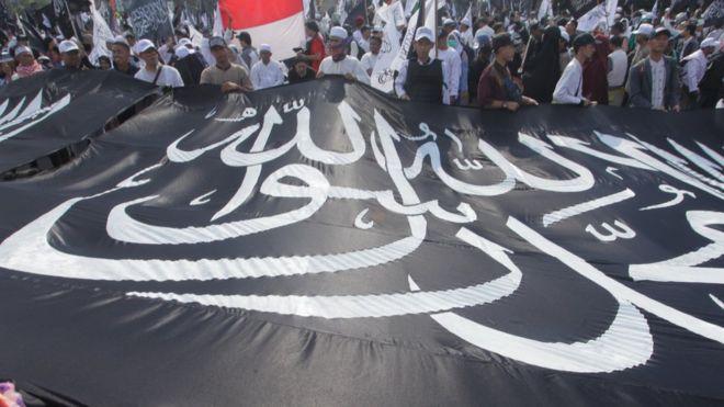 https: img.okeinfo.net content 2018 11 08 337 1974908 mengapa-bendera-hitam-bertuliskan-kalimat-tauhid-di-saudi-dianggap-musuh-pemerintah-QDOwNvivst.jpg