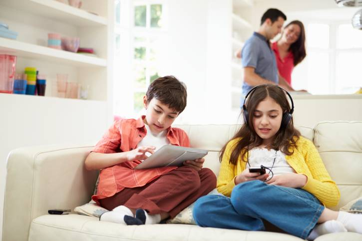 https: img.okeinfo.net content 2018 11 08 481 1974990 catat-anak-anak-yang-kecanduan-ponsel-bisa-berisiko-kanker-oTyFzd8MAo.jpg