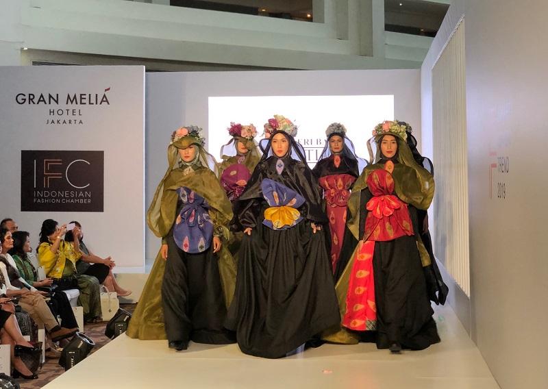 https: img.okeinfo.net content 2018 11 09 194 1975381 keindahan-bunga-ketuyut-dalam-tenun-cual-koleksi-designer-irma-intan-di-jakarta-fashion-trend-2019-56a8GfGQSD.jpeg