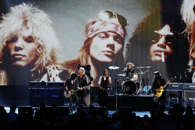 https: img.okeinfo.net content 2018 11 09 205 1975368 alunan-gitar-slash-kenang-don-corleone-the-godfather-di-konser-guns-n-roses-Ylk7mA2b8Z.jpg