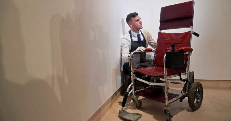 https: img.okeinfo.net content 2018 11 09 56 1975781 kursi-roda-yang-pernah-digunakan-stephen-hawking-terjual-rp5-7-miliar-4Pigo7PLTo.jpg