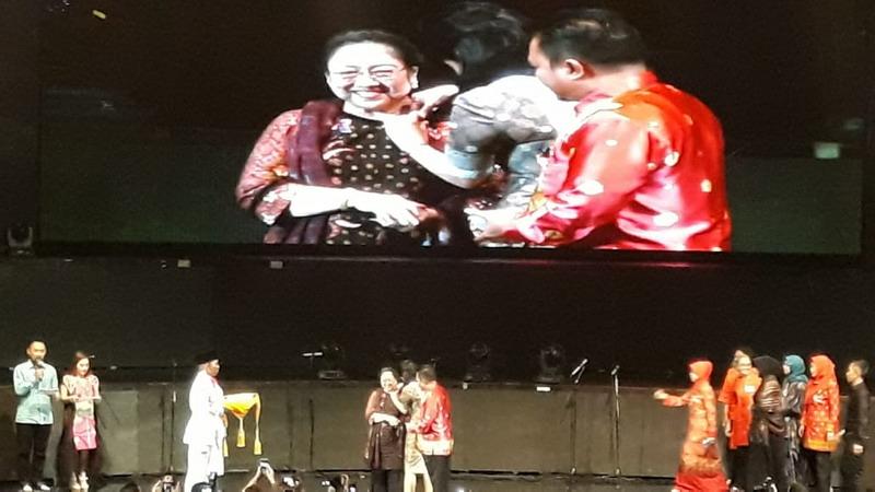 https: img.okeinfo.net content 2018 11 10 337 1976077 hari-pahlawan-megawati-raih-penghargaan-lifetime-achievement-dari-purna-paskibraka-indonesia-MdoRf0vBJs.jpg
