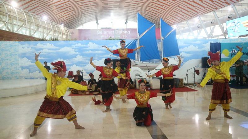 https: img.okeinfo.net content 2018 11 11 340 1976140 musik-nasional-kostum-pahlawan-hibur-penumpang-di-bandara-makassar-doCUeIM90j.jpg