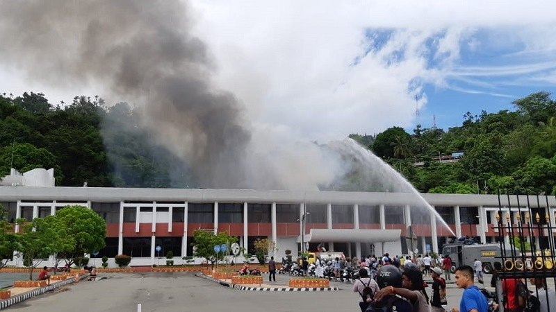 https: img.okeinfo.net content 2018 11 11 340 1976270 kantor-gubernur-papua-terbakar-gedung-sasana-krida-jayapura-hangus-03zMMWj99t.jpg