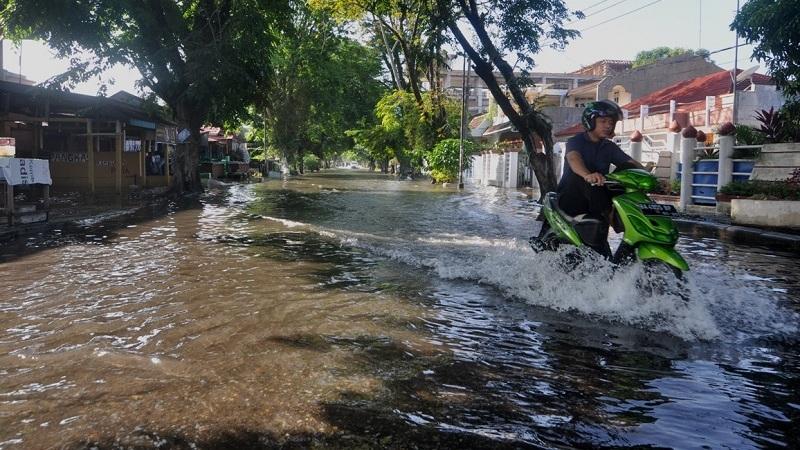 https: img.okeinfo.net content 2018 11 13 525 1977059 banjir-rendam-permukiman-penduduk-di-pangandaran-9G4texGi9w.jpg