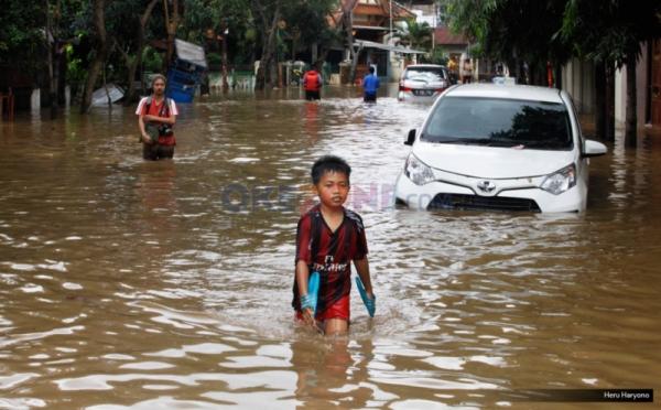 https: img.okeinfo.net content 2018 11 13 610 1977310 basarnas-evakuasi-warga-terjebak-banjir-di-palembang-OhHUfNcuyC.jpg