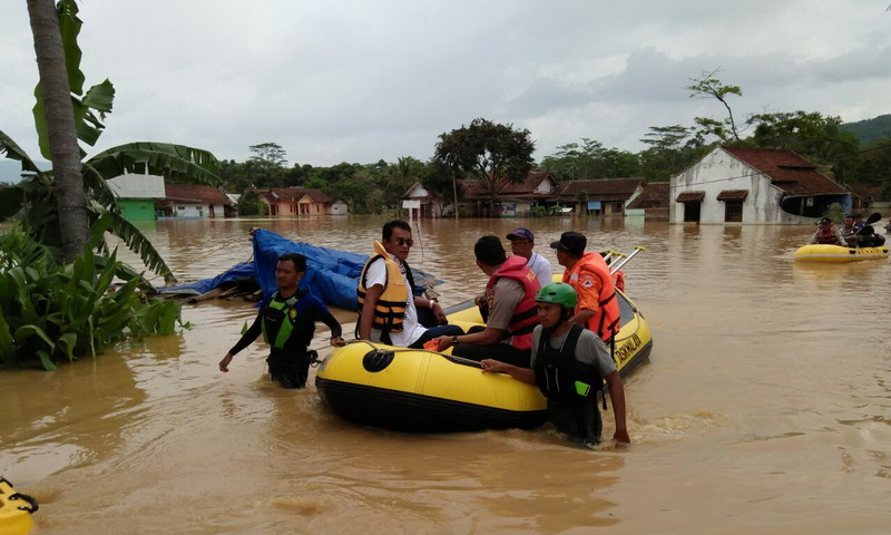 https: img.okeinfo.net content 2018 11 18 525 1979382 basarnas-bersiaga-di-lokasi-banjir-tasikmalaya-bxiDKC5SA2.jpg