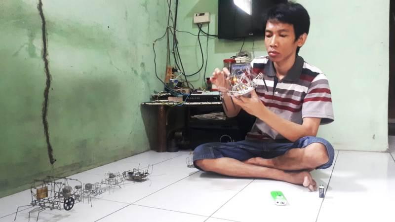 https: img.okeinfo.net content 2018 11 21 525 1980842 inspiratif-penyandang-disabilitas-di-purwakarta-ubah-barang-bekas-jadi-robot-XQT8Pdl3mG.jpg