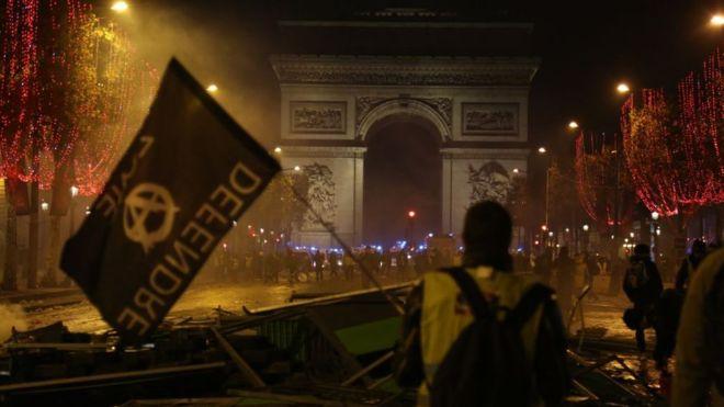 https: img.okeinfo.net content 2018 11 25 18 1982581 demonstran-polisi-bentrok-di-paris-protes-warga-dinilai-tak-hanya-soal-harga-bbm-pEm1fb2R3T.jpg