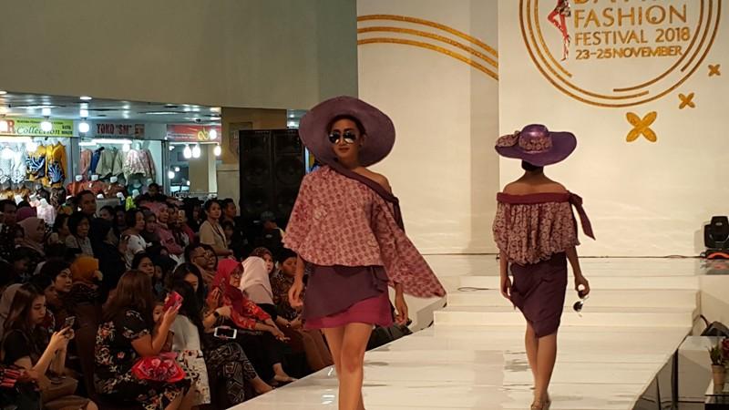 https: img.okeinfo.net content 2018 11 26 194 1982926 batik-berpotongan-kasual-untuk-pakaian-pesta-generasi-milenial-NNXWdMcmZL.jpg