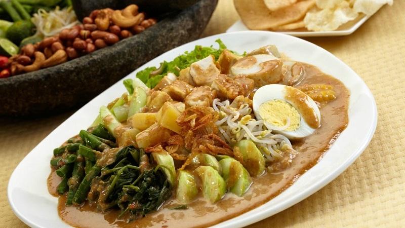 Makanan yang berisi sayur-sayuran dan bumbu kacang ini ternyata banyak diincar bule.