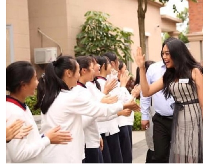 https: img.okeinfo.net content 2018 11 27 194 1983376 keseruan-alya-nurshabrina-mengunjungi-salah-satu-sekolah-di-china-GSYf6jKIIL.jpg