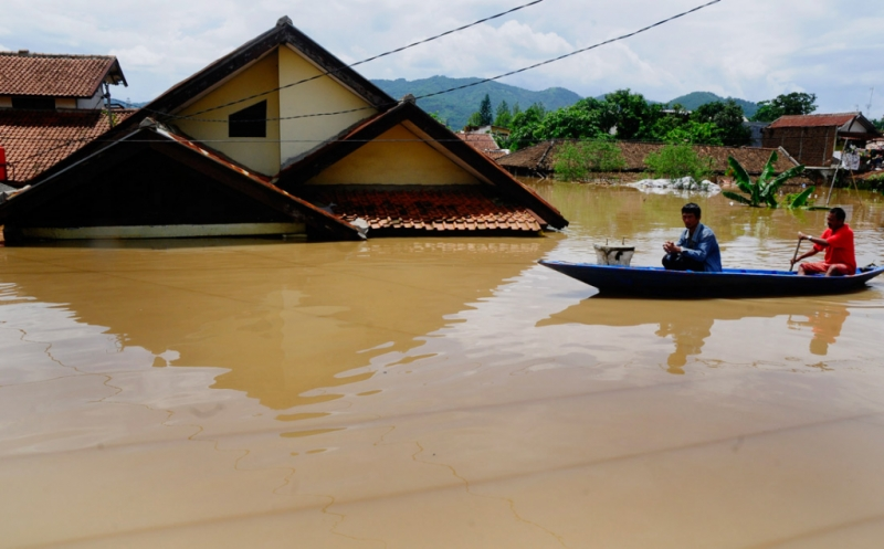https: img.okeinfo.net content 2018 11 28 244 1983799 banjir-kepung-jembrana-tembok-rumah-warga-ambruk-diterjang-air-bah-nYRRplhGbG.jpg
