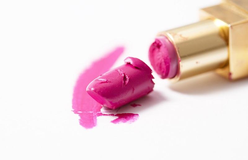 https: img.okeinfo.net content 2018 11 28 611 1984149 lipstik-favoritmu-patah-lakukan-cara-ini-untuk-memperbaikinya-6N8wZQUxnJ.jpg
