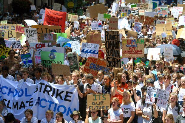 https: img.okeinfo.net content 2018 11 30 18 1985183 ribuan-siswa-di-australia-turun-ke-jalan-protes-lambannya-penanganan-krisis-iklim-rDIxAjv41m.JPG