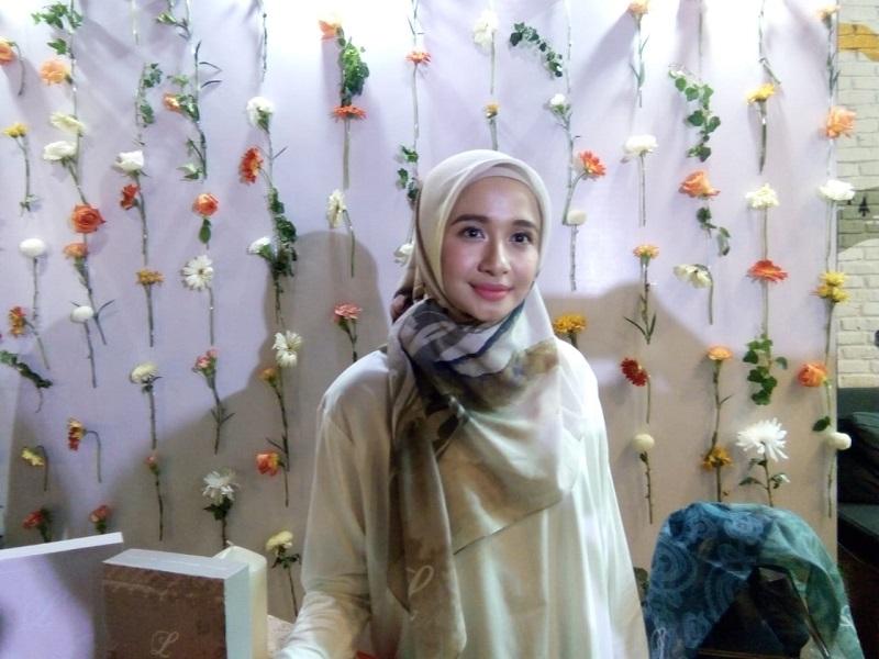 https: img.okeinfo.net content 2018 11 30 194 1985253 laudya-cynthia-bella-bersyukur-kepada-allah-lewat-koleksi-hijab-terbarunya-BZIOP9a7So.jpeg