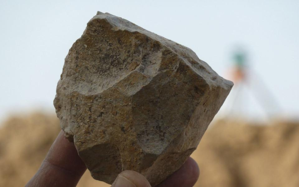 https: img.okeinfo.net content 2018 11 30 56 1985034 arkeolog-temukan-perkakas-batu-berusia-2-4-juta-tahun-MxbQtO6hOE.jpeg