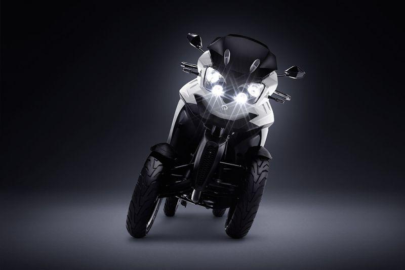 https: img.okeinfo.net content 2018 12 04 15 1986755 miliki-4-roda-skuter-matik-listrik-ini-bisa-miring-saat-cornering-eHXChIhOYf.jpg