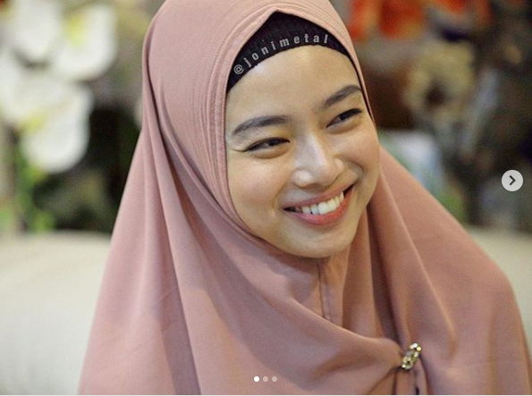 https: img.okeinfo.net content 2018 12 04 194 1986481 cantiknya-ratu-wushu-indonesia-pakai-syar-i-kini-sudah-menikah-lho-ZTwJUaPngw.png