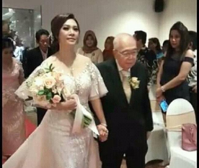 https: img.okeinfo.net content 2018 12 04 196 1986605 komisaris-jamu-cap-jago-menikah-di-usia-84-tahun-netizen-semoga-segera-mendapatkan-warisan-yang-melimpah-8hM5FCvcxT.jpeg