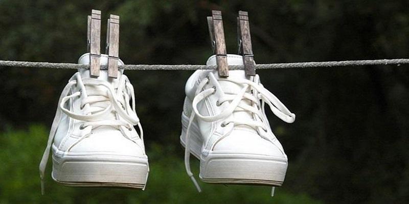 https: img.okeinfo.net content 2018 12 05 194 1987193 tips-mudah-merawat-sneakers-putih-di-musim-hujan-biar-kinclong-terus-KjmFvb4ySe.jpg
