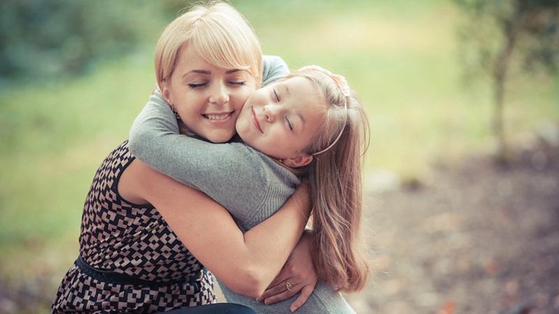 https: img.okeinfo.net content 2018 12 05 196 1987220 memeluk-anak-8-kali-sehari-berdampak-besar-untuk-tumbuh-kembangnya-lldweYjSEI.jpg