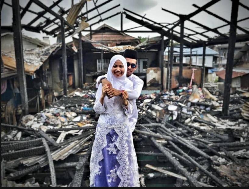 https: img.okeinfo.net content 2018 12 05 196 1987231 puing-puing-kebakaran-jadi-latar-foto-pernikahan-kisah-pengantin-ini-mengharukan-0bqgLF3piB.jpg