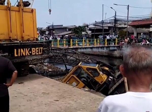 https: img.okeinfo.net content 2018 12 06 338 1987613 crane-di-kemayoran-jakpus-ambruk-timpa-rumah-warga-3-orang-dikabarkan-terluka-yJVFlpo8bh.JPG