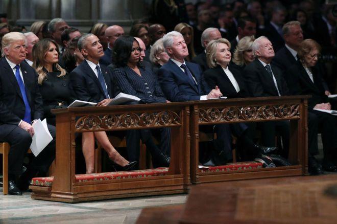 https: img.okeinfo.net content 2018 12 07 18 1987979 saat-empat-presiden-as-duduk-berdampingan-dengan-canggung-di-bangku-yang-sama-d6THWgoJju.jpg