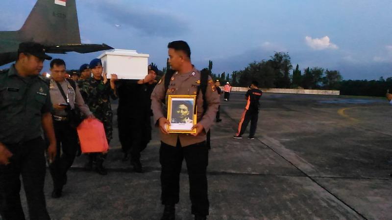 https: img.okeinfo.net content 2018 12 07 609 1988347 kedatangan-16-jenazah-korban-kkb-papua-asal-makassar-disambut-histeris-berikut-identitasnya-1Yegomc9GB.jpg