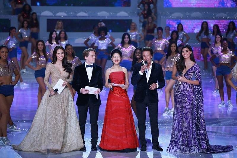 https: img.okeinfo.net content 2018 12 08 194 1988629 penampilan-pembawa-acara-final-miss-world-2018-yang-tak-kalah-menakjubkan-dari-para-finalis-8dm7KWlQWm.jpg
