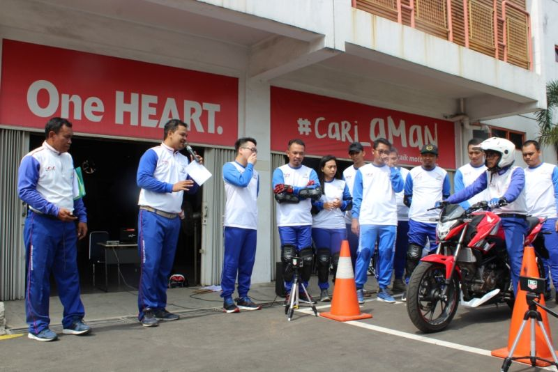 https: img.okeinfo.net content 2018 12 10 15 1989428 10-bikers-indonesia-geber-honda-rc213v-s-moto-gp-versi-jalan-raya-KCoMYMsGCz.jpg