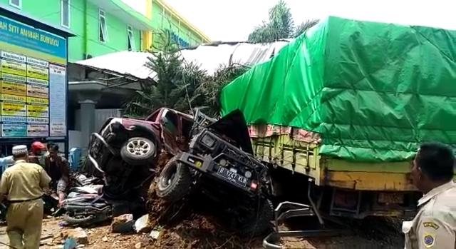 https: img.okeinfo.net content 2018 12 10 512 1989209 kecelakaan-beruntun-truk-mobil-motor-di-bumiayu-4-orang-tewas-1ma9odAURd.jpg