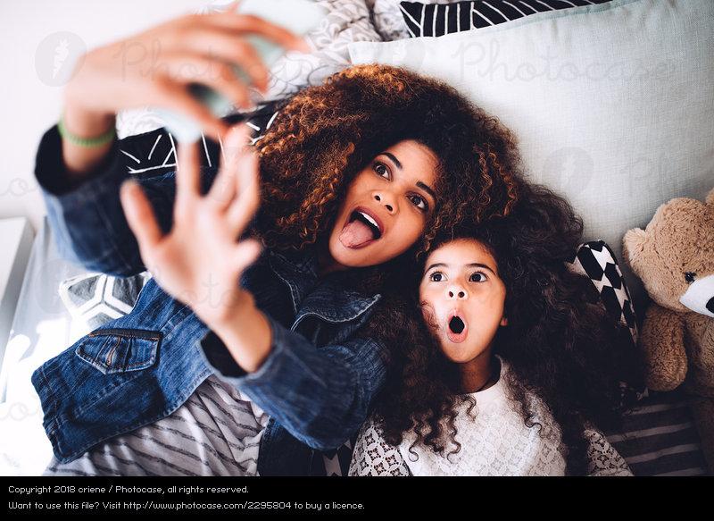 https: img.okeinfo.net content 2018 12 12 196 1990081 perilaku-orangtua-sering-posting-foto-anak-di-media-sosial-ini-kata-psikolog-YyvmwylFTM.jpeg