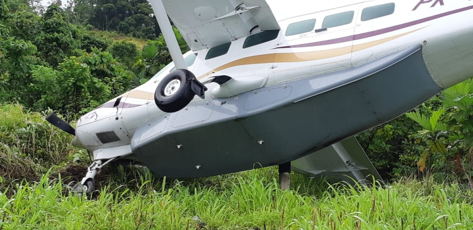 https: img.okeinfo.net content 2018 12 12 340 1990113 pesawat-twin-otter-tergelincir-di-bandara-kasonaweja-papua-nyaris-masuk-jurang-4bz9hMKNgQ.jpg
