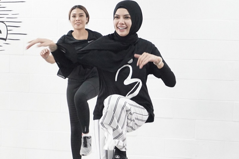 https: img.okeinfo.net content 2018 12 19 33 1993247 unggah-foto-tanpa-hijab-nikita-mirzani-tak-merasa-buka-aurat-WKQXBrxv4S.jpg