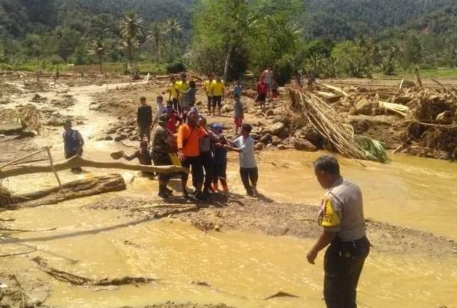 https: img.okeinfo.net content 2018 12 20 608 1993960 banjir-bandang-di-dairi-2-dari-7-korban-hilang-berhasil-ditemukan-8t8CBLYq0P.jpg