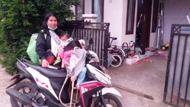 https: img.okeinfo.net content 2018 12 23 196 1995070 pekerja-keras-ini-3-ibu-strong-kisahnya-menginspirasi-Dflk7khLAr.jpg