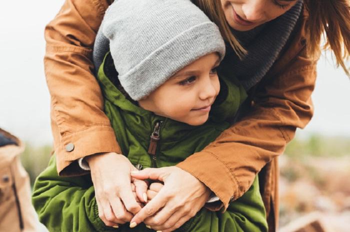 https: img.okeinfo.net content 2018 12 23 196 1995201 kisah-lati-rela-tinggalkan-pekerjaan-demi-anaknya-yang-autis-dapat-gelar-sarjana-NnXp8cWuV0.jpg