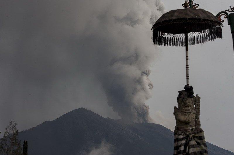 https: img.okeinfo.net content 2018 12 30 340 1997673 kembali-erupsi-status-gunung-agung-ditingkatkan-jadi-siaga-HCYFYWIyUo.jpg