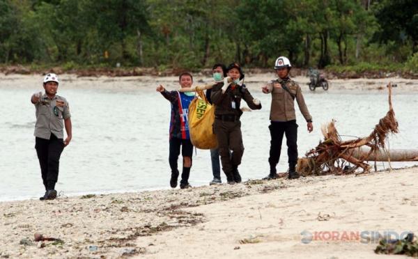 https: img.okeinfo.net content 2018 12 31 340 1997988 tim-sar-temukan-1-jenazah-laki-laki-korban-tsunami-selat-sunda-x5JMGqKPDb.jpg