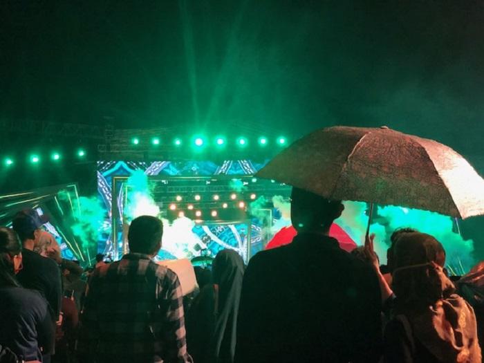 https: img.okeinfo.net content 2018 12 31 406 1998414 tahun-baru-romantis-di-ancol-nikmati-konser-musik-di-bawah-hujan-1bCeB1wYhI.jpeg