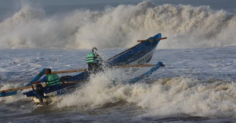 https: img.okeinfo.net content 2018 12 31 525 1998183 perahu-karam-3-nelayan-karawang-terombang-ambing-di-laut-bl8NVB33ca.jpg